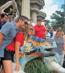 Погладить дракона в парке Гуэль