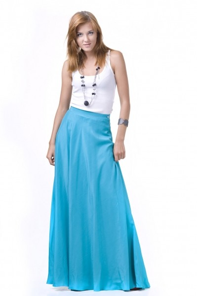 Пышная голубая юбка-макси с белым топом