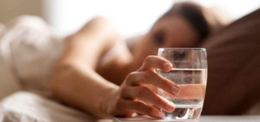 пить горячую воду